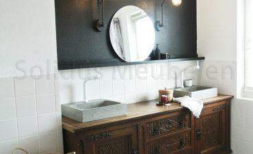 2 wastafels van beton op dressoir