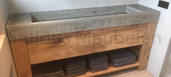 maatwerk badmeubel van beton en eikenhout