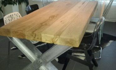 massief-eikenhouten-eetkamertafel-met-verzinkt-staal1