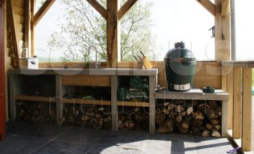 buitenkeuken-van-beton-en-eikenhout
